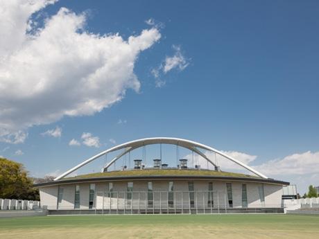 人工芝が敷かれた「第一球技場」(写真手前)と、屋根が特徴の「屋内球技場」