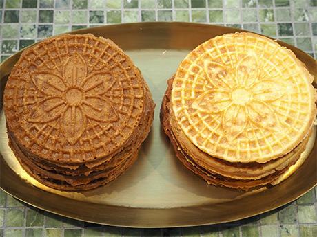 (写真左から)バターとオーガニックのきび砂糖を使った「プレーン」、プレーン生地にパルミジャーノなど数種類のチーズを練り込んだ「チーズ」