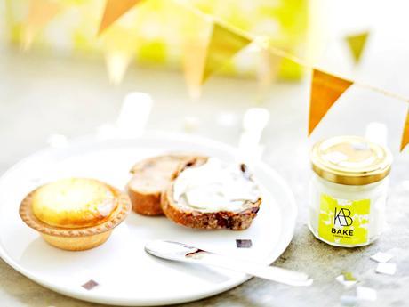 (写真左から)BAKE CHEESE TARTの看板商品「焼きたてチーズタルト」、オリジナル商品「クリームチーズスプレッド」