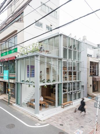 全面ガラス張りの建物が目を引く「also Soup Stock Tokyo」(写真:表恒匡)