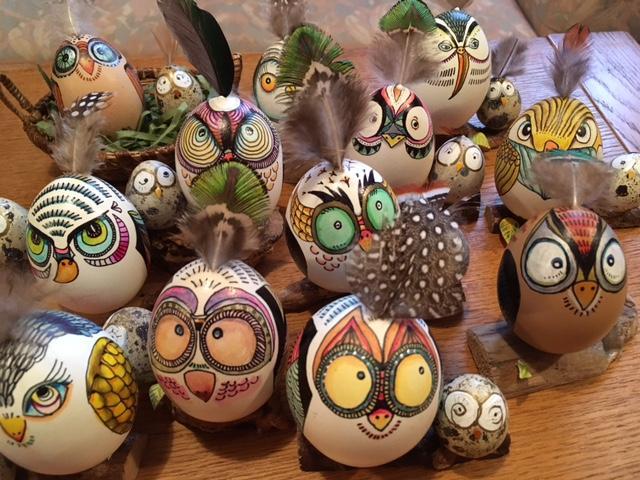卵の殻を使って表情豊かでカラフルな鳥を表現した「エッグアート」