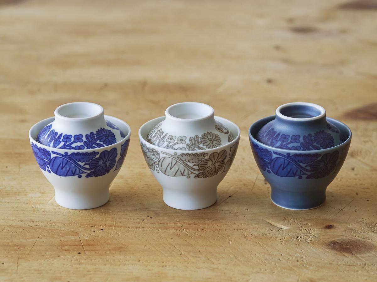 鹿児島睦さんと同店が手掛けた「スープの器」(写真左から)「白×紺」「白×グレー」「青×紺」