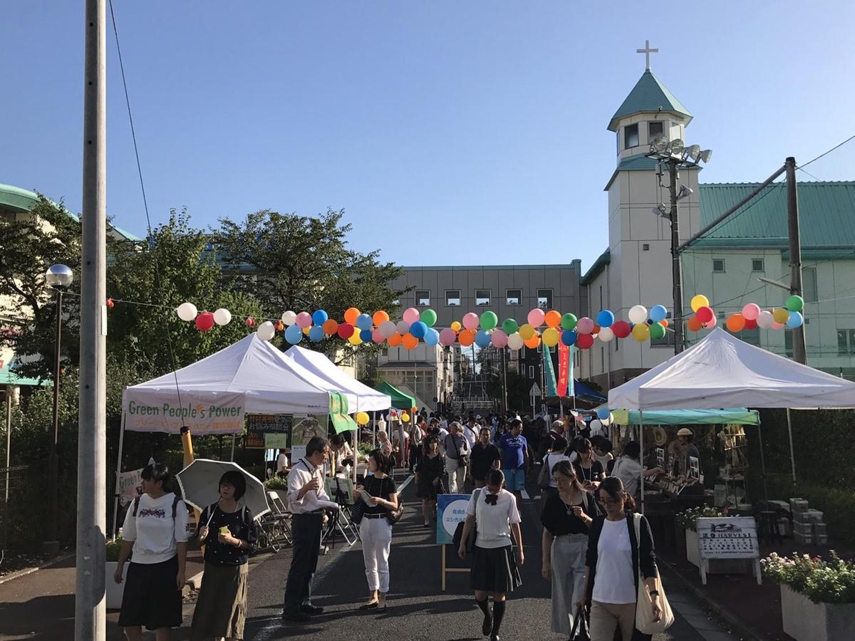 「自由が丘エシカルFESTA 2018」が行われる玉川聖学院・正面口歩道(写真は昨年開催時の様子)