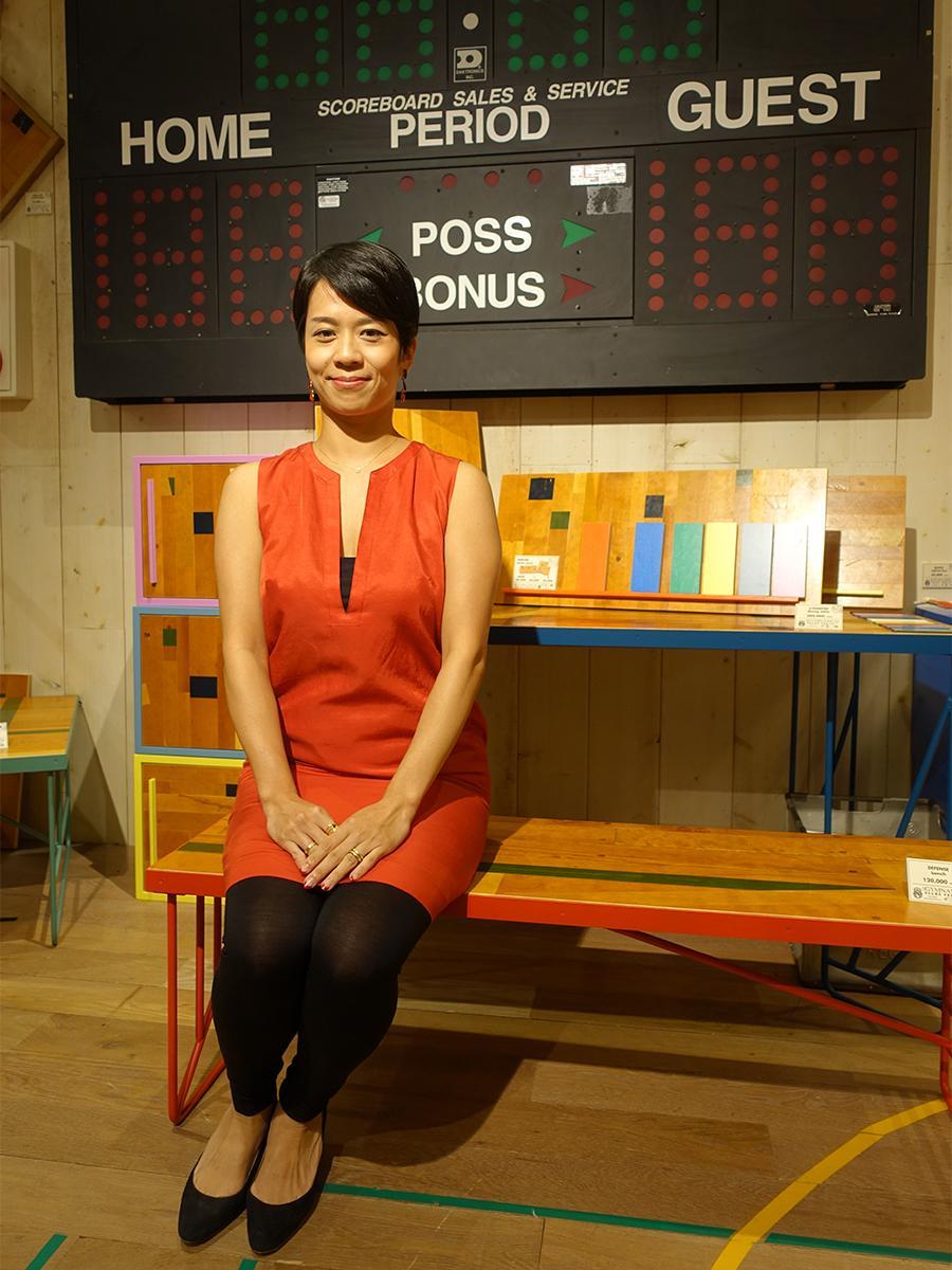 自身が手掛けたアップサイクル家具「RED 83」のベンチ「DEFENSE(ディフェンス)」に座るBLUE ON BLUE代表ジーリン・シュウさん