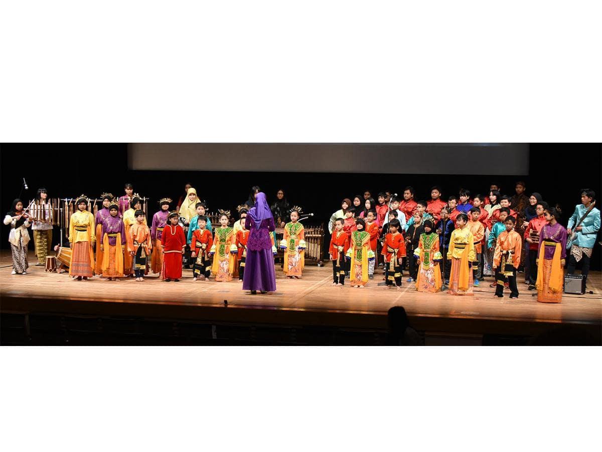 大ホールで行われる国際色豊かな「子どもコーラス」