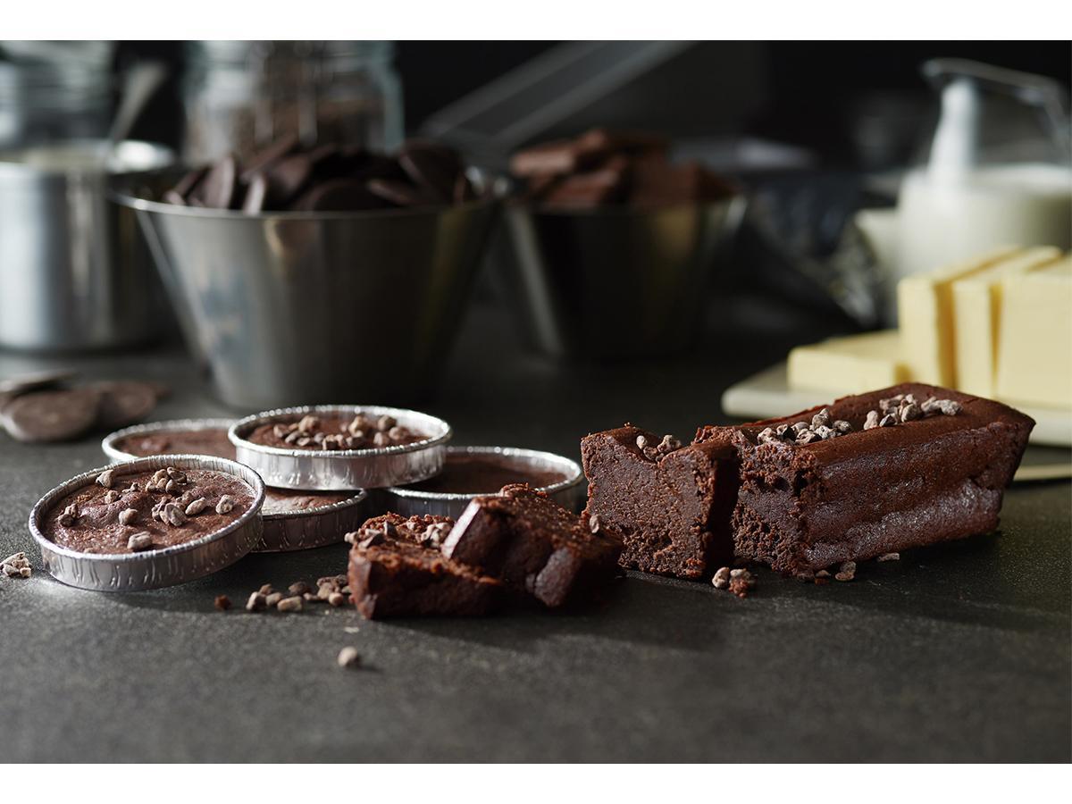 (写真左から)カップタイプの「焼きたてガトーショコラ ロンド」、バータイプの「ガトーショコラ レクタングル」