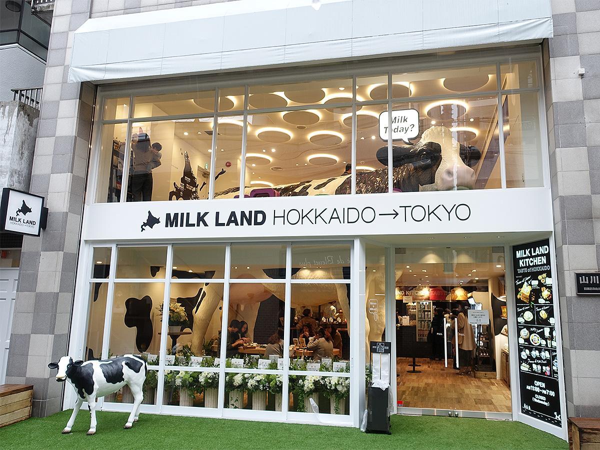巨大な牛のオブジェが目を引く「MILKLAND HOKKAIDO→TOKYO」ファサード