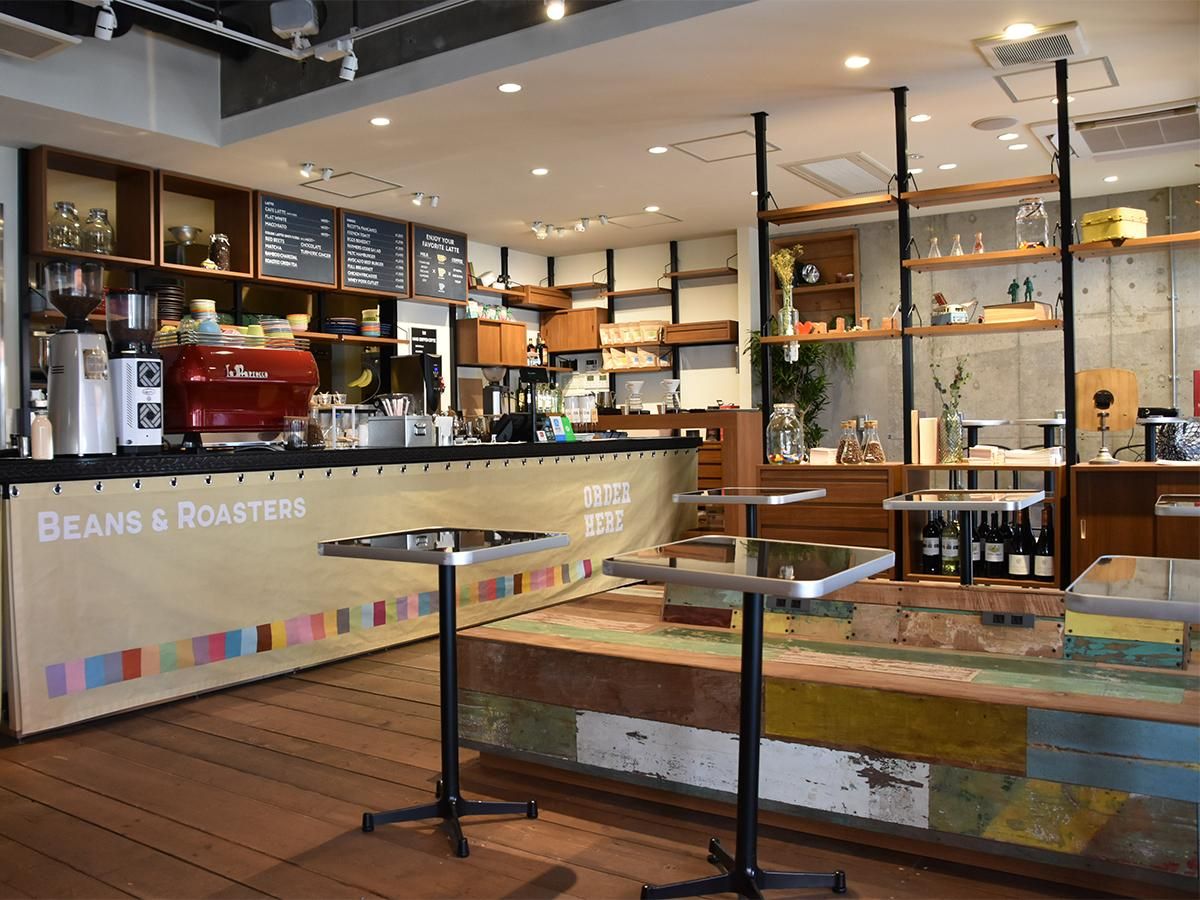 「LATTE BEANS & ROASTERS」店内の様子