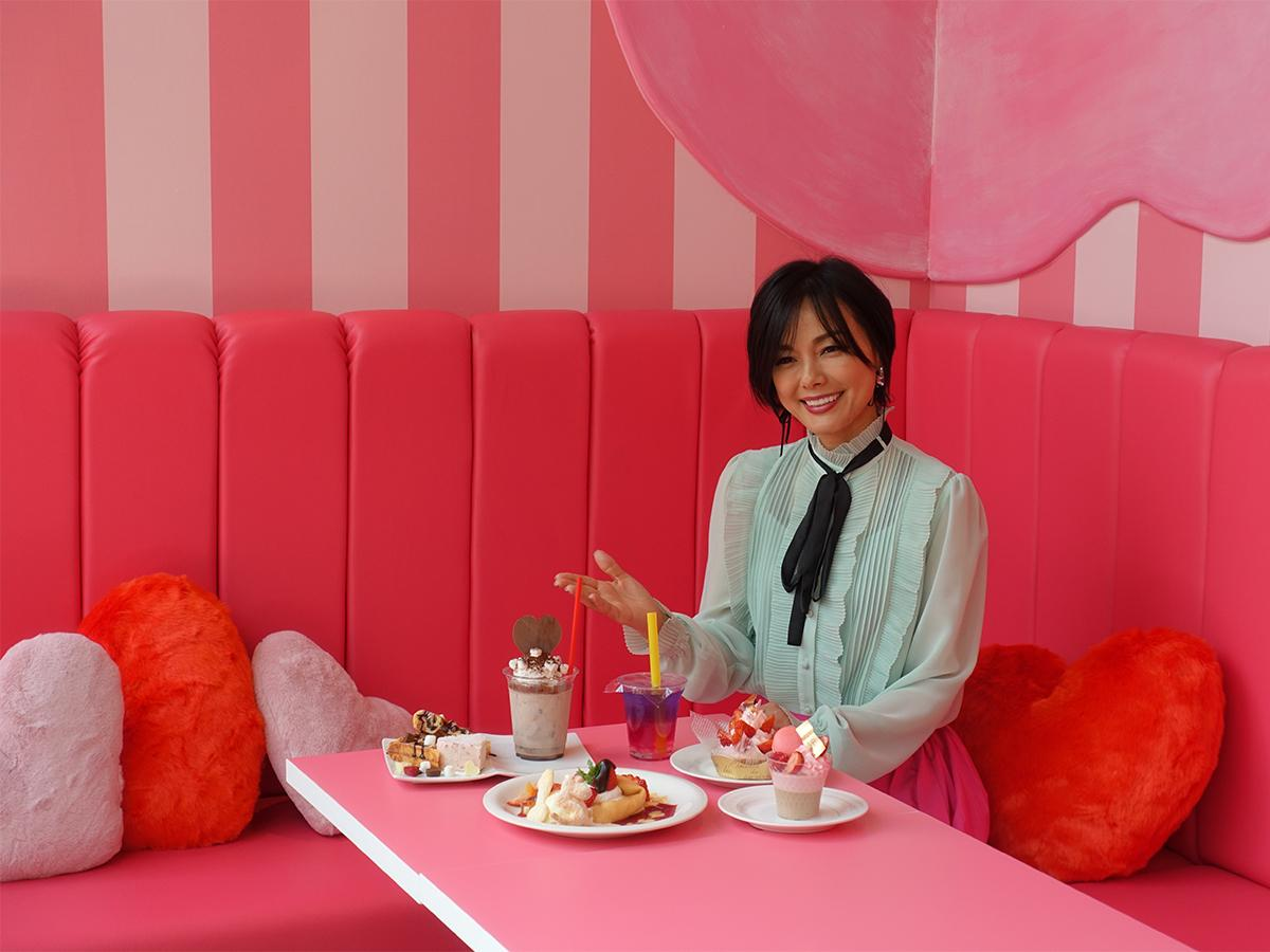 リニューアルした客席エリアのうち、ピンクを基調とした「スイーツ・ピンクパーティー」に座る相川七瀬さん
