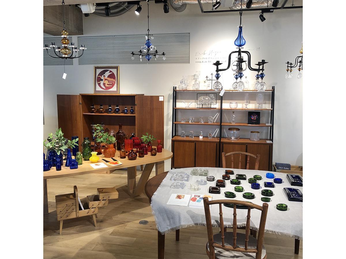 イデーショップ自由が丘店・3階「GALLERY AND BOOKS」で開かれている「エリック・ホグランのガラス展」の様子