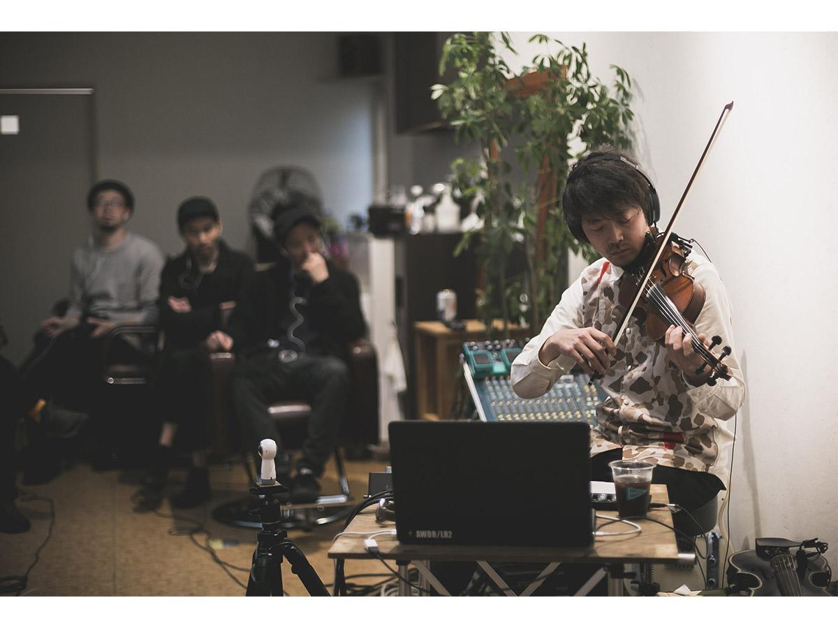 ヘッドホンライブ「The Innerspace」ではスピーカーを使わずに、観客もアーティストもヘッドホンを着用する(写真はイメージ)