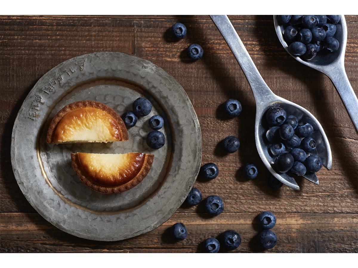 「BAKE CHEESE TART」創業5周年を記念した期間限定商品「焼きたてブルーベリーチーズタルト」