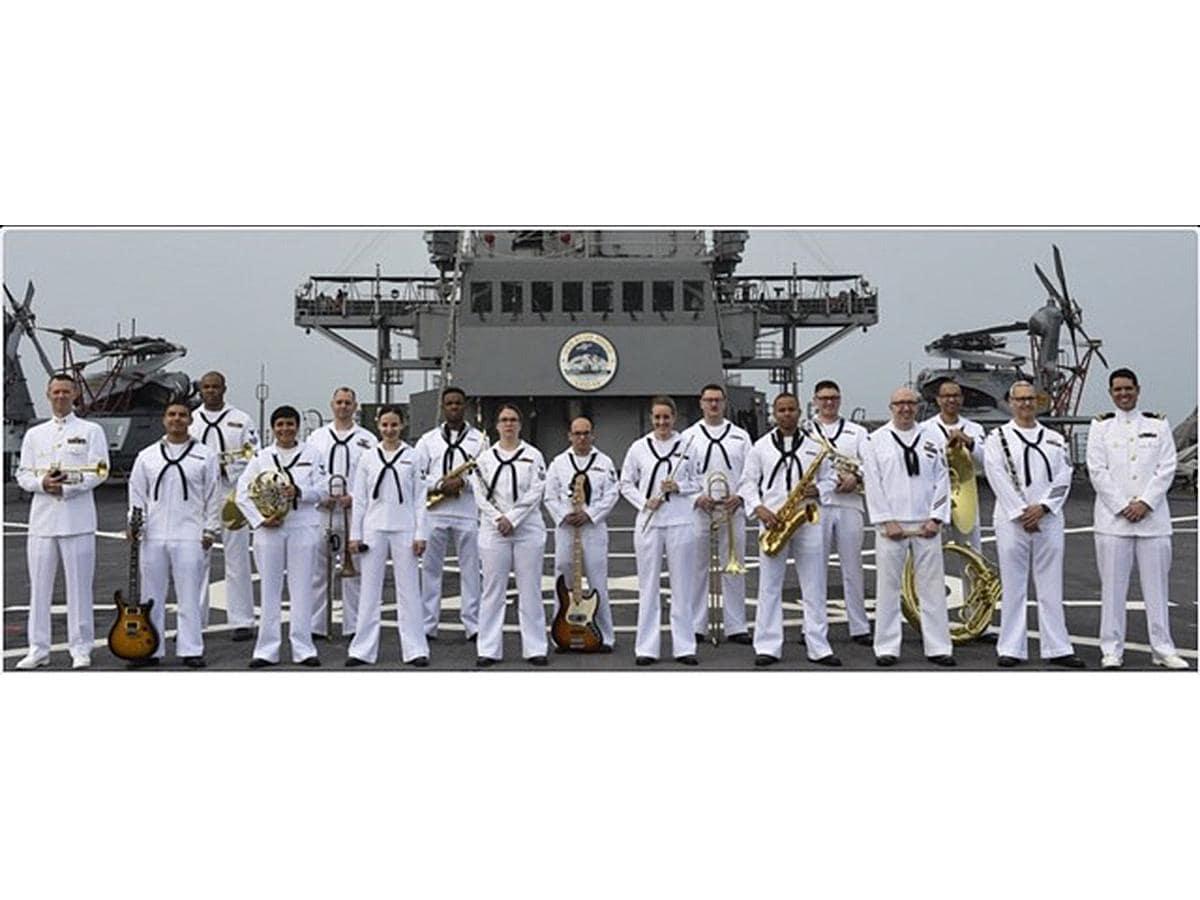 10月14日、駅前特設ステージに出演するU.S. 7TH FLEET BAND Pacific Ambassadors(=米海軍第7艦隊音楽隊)