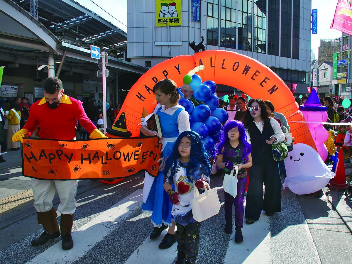 参加事前登録を行った子どもたちと地元インターナショナルスクールの子どもたち、ハンディキャップを持つ人たちが一緒に街を練り歩く「ハロウィンパレード」(写真は昨年開催時の様子)