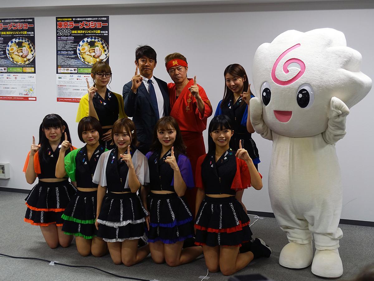 「東京ラーメンショー2019」開催に先立って行われた発表会見。(後列中央左から)同イベント実行副委員長で「せたが屋」店主の前島司さん、「蒙古タンメン中本」店主の白根誠さん、スペシャルサポーターを務める7人組アイドル「全力少女R」