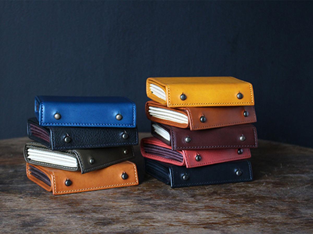折り重ねた革を一枚革で巻きとめた形からイタリア語で「1000の紙葉」を意味するm+の財布「millefoglie II(ミッレフォッリエ 2)」