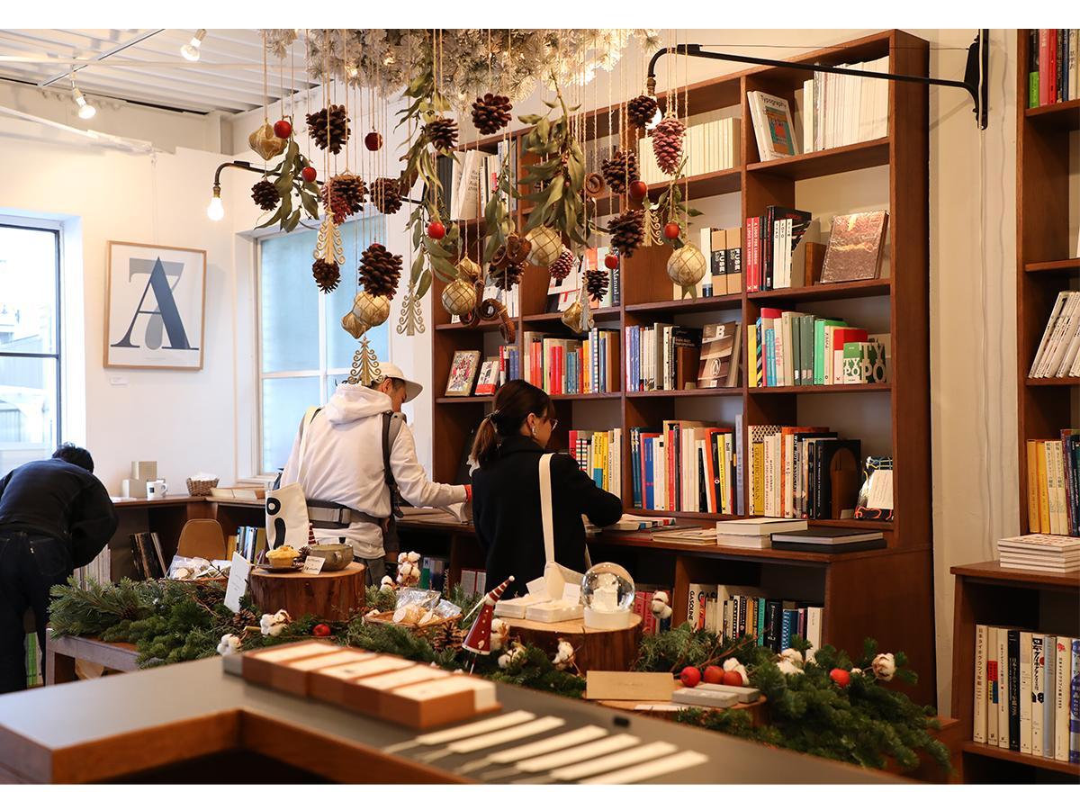 1階店舗部分をクリスマス仕様に装飾して行われるフリーマーケット「BOOK AND MARKET」(写真は過去開催時の様子)