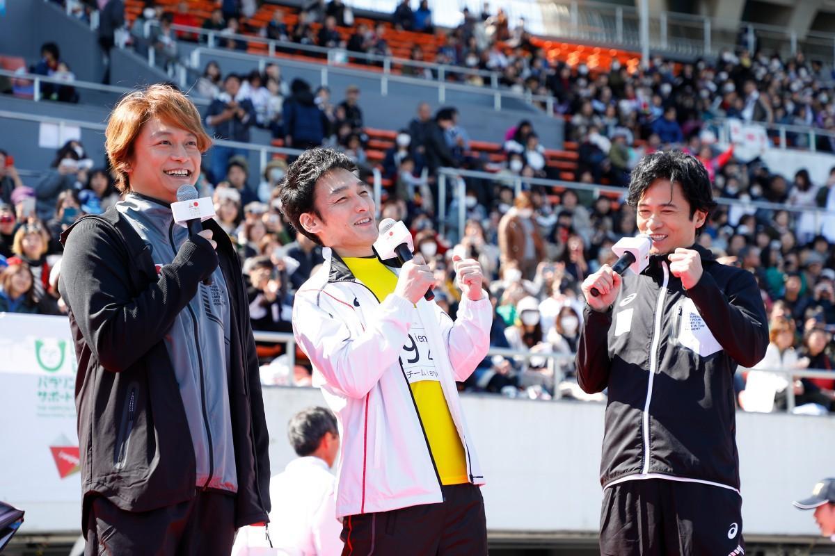 昨年開催された「パラ駅伝 in TOKYO 2019」の様子。「パラサポ・スペシャルサポーター」の草なぎ剛さん(写真中央)はランナーとしてパラ駅伝にも出場した