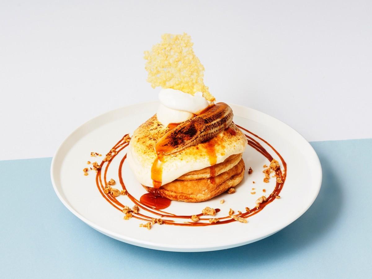 「とろかり×パンケーキ」な食感が楽しめるという「北海道産リコッタクリームとキャラメルバナナのチーズブリュレパンケーキ」