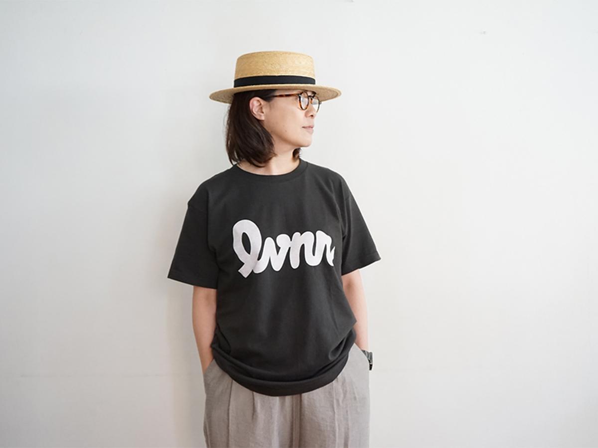 極太ながらすっきりとしたデザインフォントが目を引く「レバニラ(lvnr)」Tシャツ