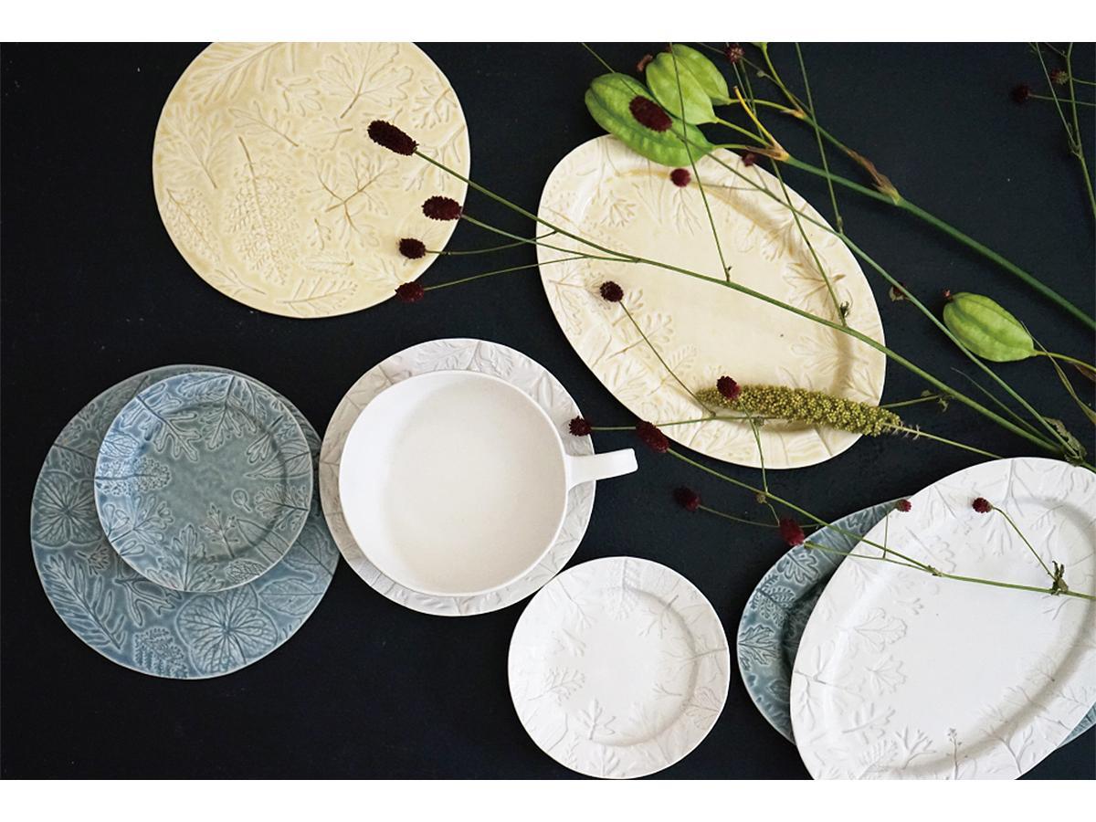 植物の葉の形や葉脈を繊細に写し取った模様が目を引く、陶芸家・角井理愛さんの作品
