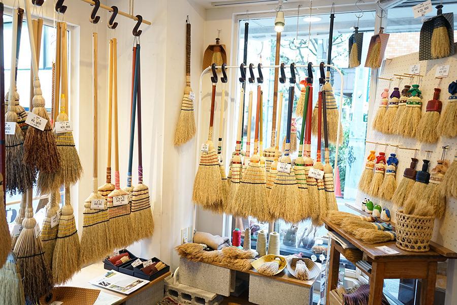 katakana 自由が丘店で現在開かれている「高倉工芸 南部箒展」の様子