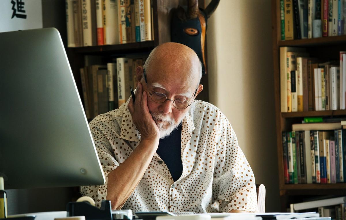 82歳になった今も現役でデザインを手掛ける装丁家・グラフィックデザイナーの平野甲賀さん