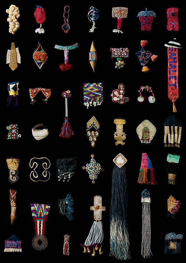 世界中から仕入れてきた民族衣装や装飾品の素材を組み合わせながら作る「Acchi Cocchi Bacchi」のバッジ作品