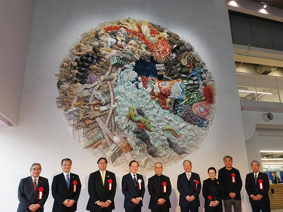 「Hisao & Hiroko Taki Plaza」竣工記念式典でお披露目された大型陶板壁画「ELEMENTS OF FUTURE」。原画・監修の大友克洋さん(写真中央)、滝久雄さん・裕子さん(右から3・4人目)、隈研吾さん(同2人目)、益一哉東京工業大学学長(左から4人目)