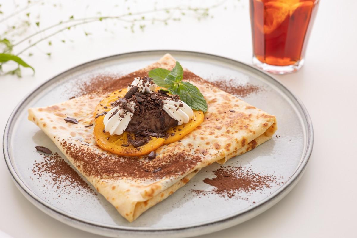 自家製オレンジコンフィチュールとチョコレートムースをトッピングした「ブラックオランジェ」