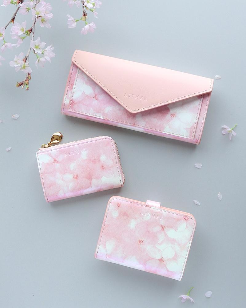 ソメイヨシノの水彩画をプリントした「フロレゾン」シリーズ(写真上から)「レター型長財布」「キーウォレット」「二つ折り財布」