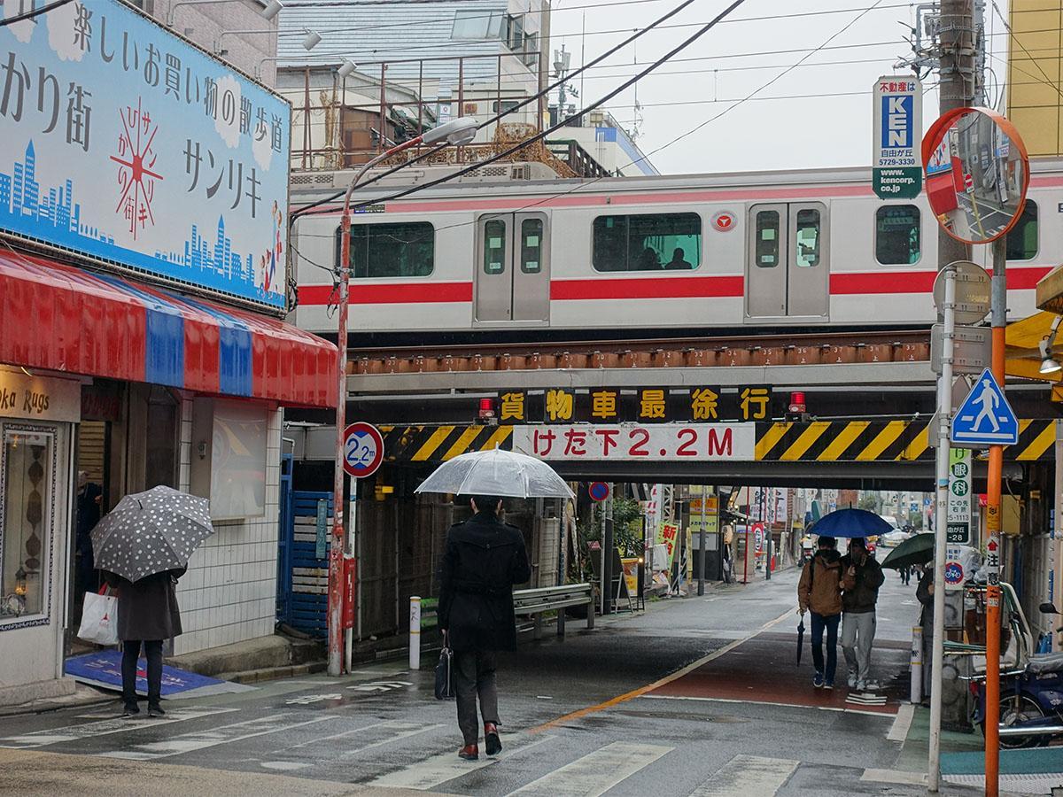 東急東横線と交差する、自由が丘北口の「自由が丘デパート」「自由が丘ひかり街」の間を通る道路付近。ガードの桁下は2.2メートルで緊急車両は通行することができない
