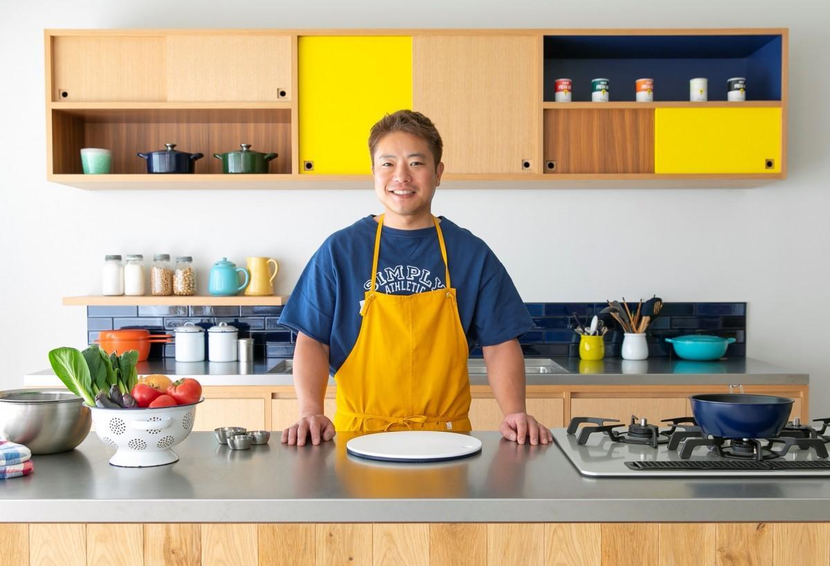 料理家の栗原心平さんによる小中学生向けオンライン料理塾「ごちそうさまクッキングスクール」