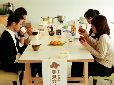 山形編「芋煮会」と「人んちカレー」で「サクラ島大学」の交流会開催。会場は和やかな雰囲気に包まれた。