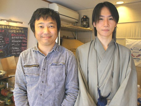 「ヒーリングサロンJuno」でコーヒーと占いのコラボ商品「12星座珈琲」を提供。Junoオーナーの脇田さん(右)と「mikoya134」マスターの馬場さん(左)。