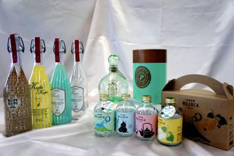 完成した試作品。左:家飲み用ボトル「KupiKupi」。奥:ギフト用の「furacoco」と化粧箱。手前:手土産用のミニボトル「MUJOCA」とセット専用箱。