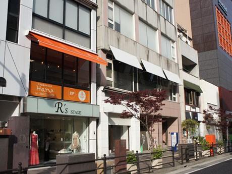 照國神社に続く「照国通り」に面した2階。オレンジのオーニングが目印の、パフェ&ダイニング「Haru」。同じ並びには「LAZO表参道」。