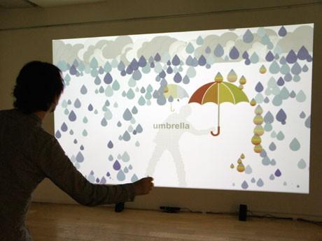 手の動きに合わせて映像やデザインが変化する「umbrella」。雨や傘が変化する。ランダムで隠しアイテムも登場する