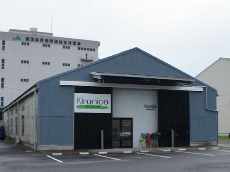 鹿児島・谷山港にボルダリングジム完成。「昭和貨物」の敷地内、倉庫1つを改装した同ジムは九州最大規模の面積を誇る