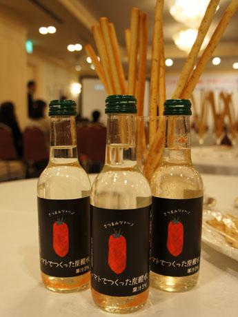 「さつまルツァーノ」トマトの果汁を使ったサイダー。果汁と果肉入りでほんのりとピンク色。初回の生産は3700本。市内のホテルや飲食店で取り扱う予定。