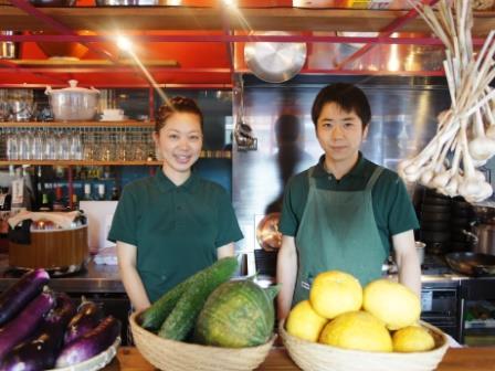 鹿児島市役所近くに、農家直営の農園食堂「森のかぞく」がオープンした。写真は同店を切り盛りする園山小雪さんと、弟の作太郎さん。
