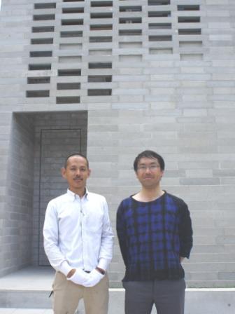 設計を担当した「ARAY Architecture」の鈴木亜生(あせい)さん(右)と、施工の「タグズハウス」徳永功一郎さん(左)