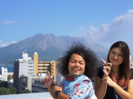 鹿児島の住みます芸人「ビューティーメーカー」の竹之内雄太さん(左)と、湊ゆかりさん(右)も参加を呼び掛ける「よしもとふるさと劇団」
