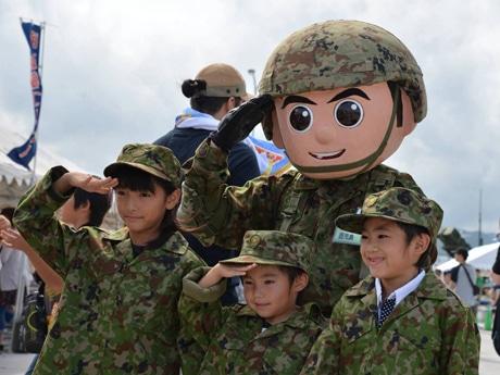 ミニ制服を着て写真撮影©防衛省