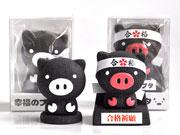 火山灰で作った黒豚人形に新展開 「合格ハチマキ」で受験生を応援