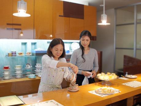 紅茶コーディネーターの川原浅子さん(左)