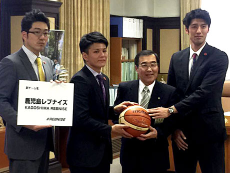 森博幸鹿児島市長を表敬訪問する大山亮平代表、鮫島和人選手、安慶大樹選手