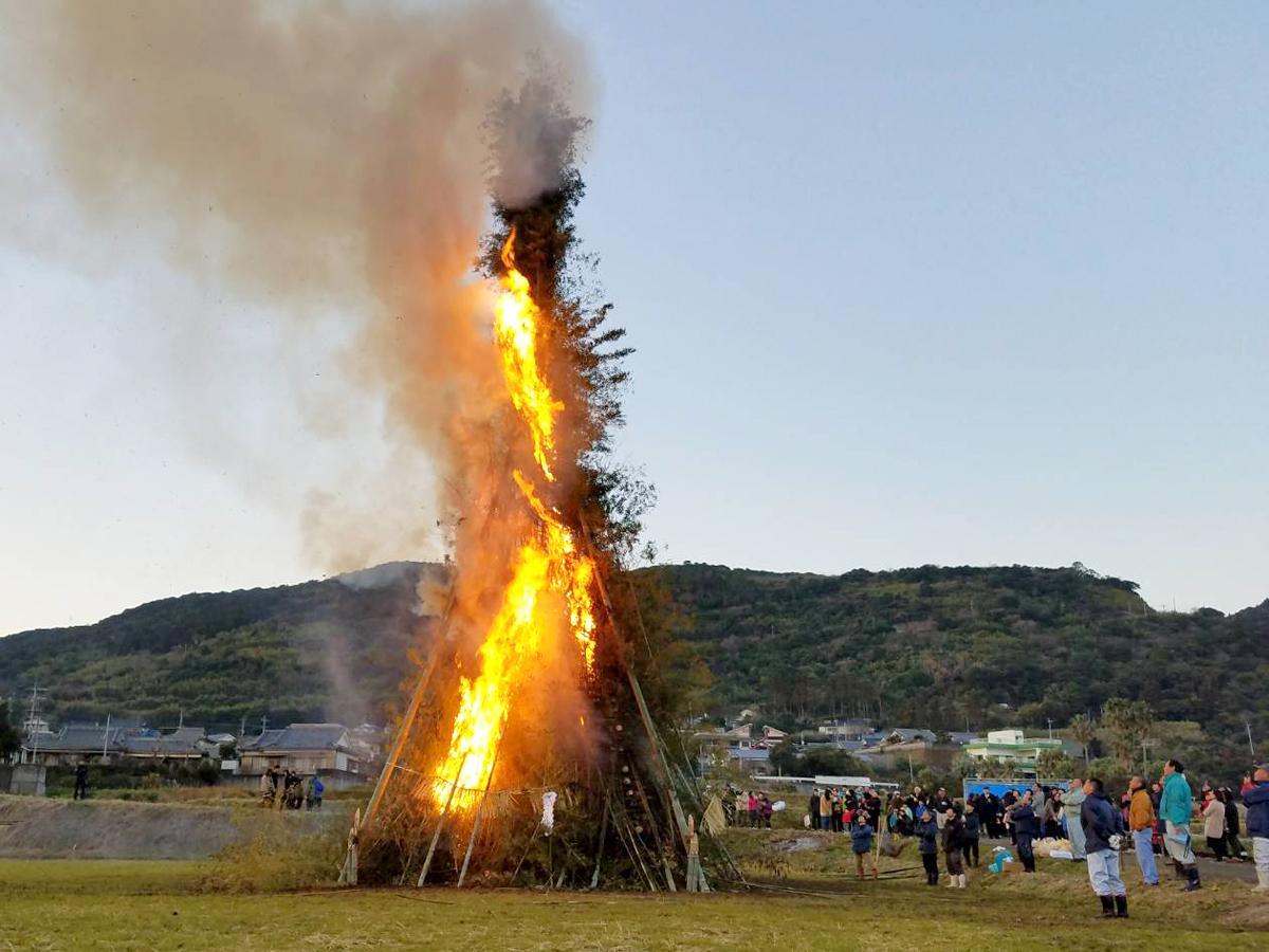 約12メートルの櫓が燃える様子