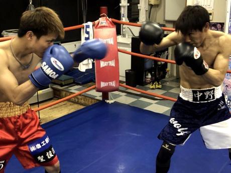 春口直也選手(左)と中野ウルフ選手(右)の練習風景