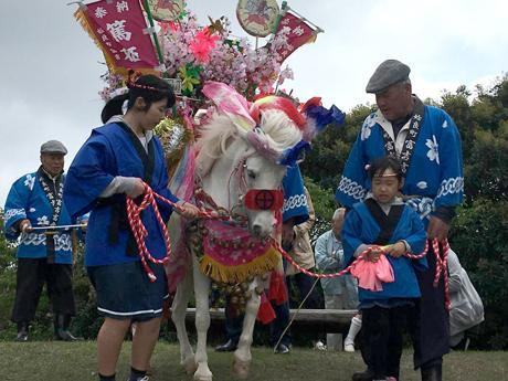 牟礼の牧神様祭りで披露される馬踊り
